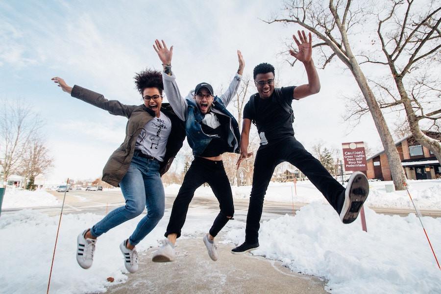 Pessoas pulando de alegria