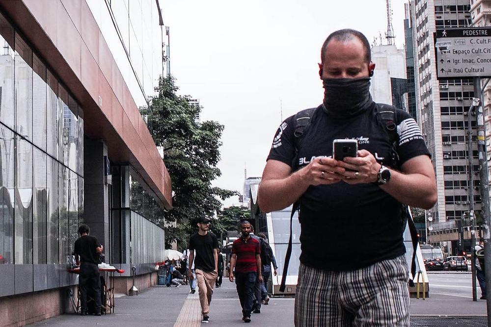 Homem com máscara improvisada em São Paulo