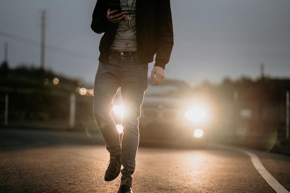 Pedestre com celular na rua