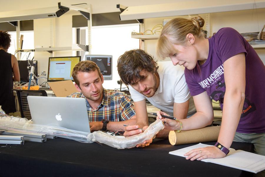 Estudantes de Stanford mexem no robô-tubo