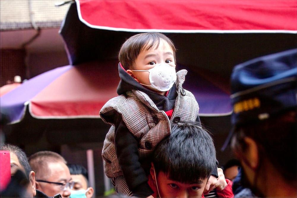 Criança com máscara em Taiwan