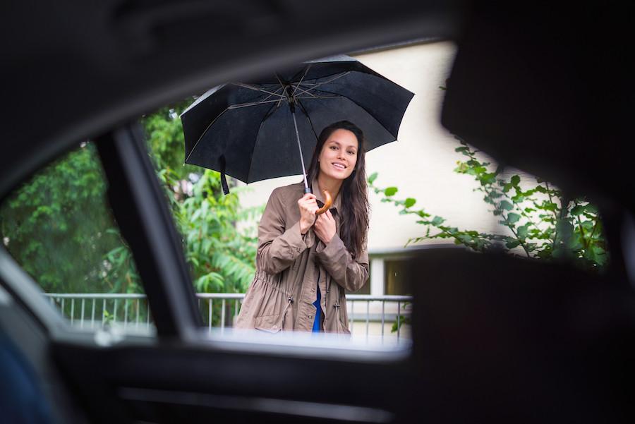 Mulher na chuva vai entrar num Uber