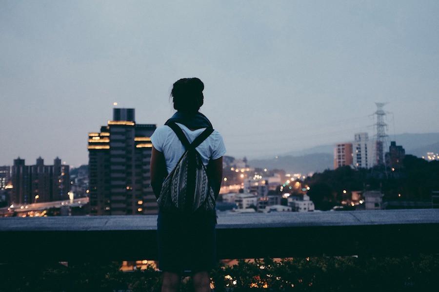 Garota ao amanhecer