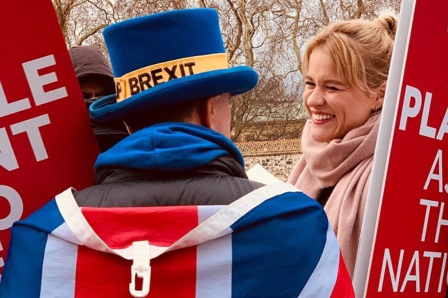 Homem com chapéu de Brexit