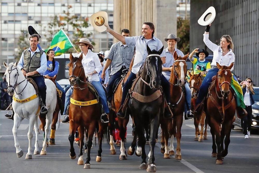 Bolsonaro e alguns ministros a cavalo
