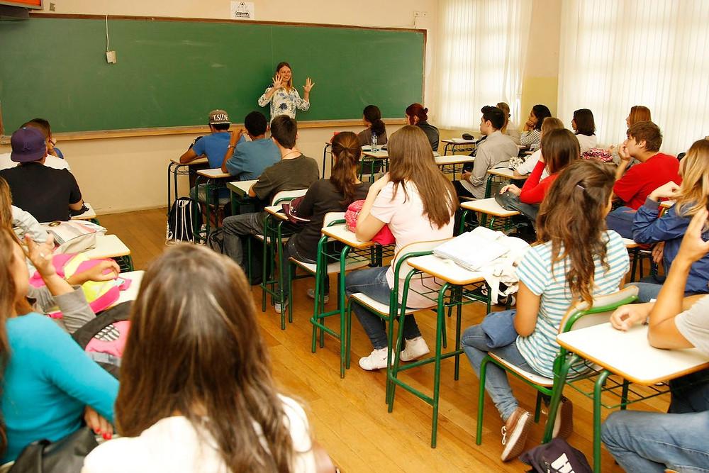 aula no Colégio Estadual Rio Branco, em Curitiba