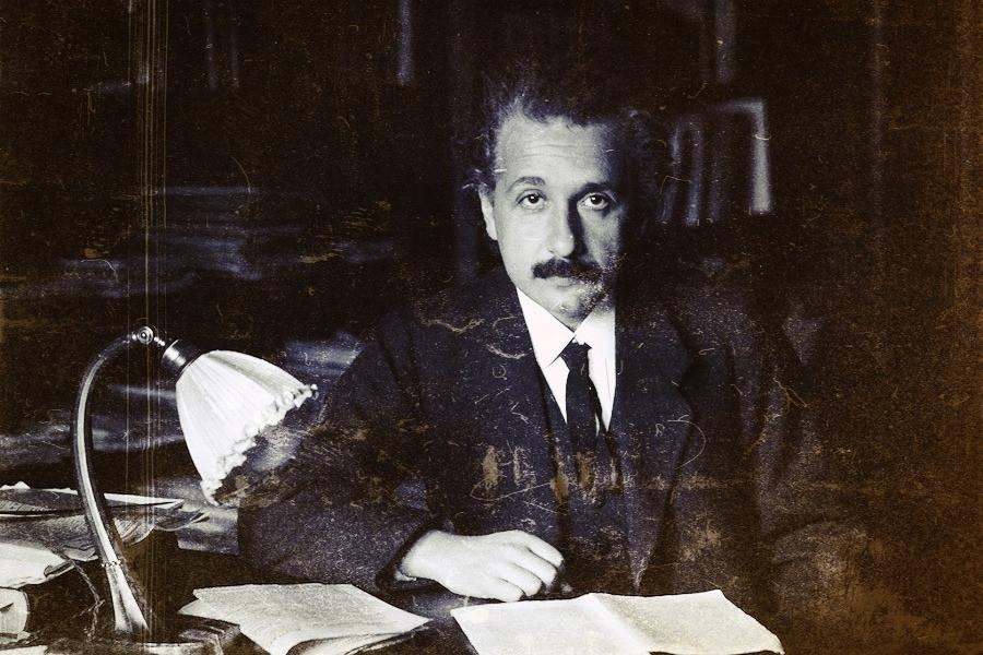 Albert Einstein atrás de uma escrivaninha