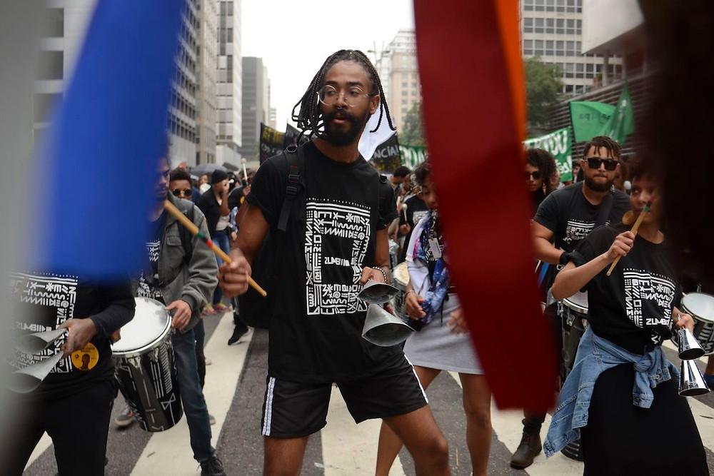 Participantes de Marcha da Consciência Negra em São Paulo