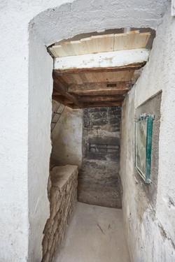 Vorratsraum mit Basaltmauer