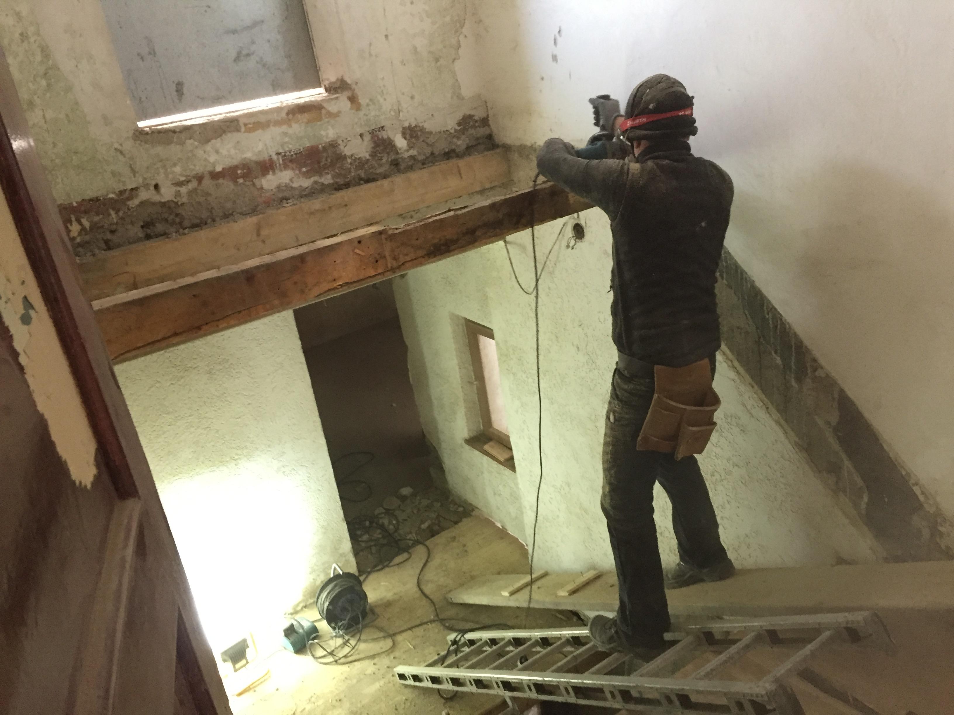 Podest-Balken werden geschrubbt