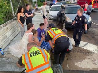Incidente d'auto: Sposa in abito bianco ferma la macchina e soccorre i feriti