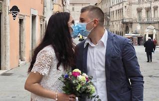 Umbria, dirsi sì in tempo di Covid: Sposini in abito nuziale con mascherina e guanti