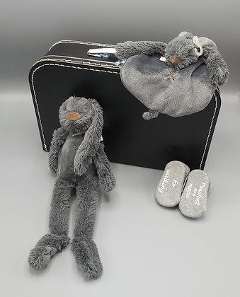 Cadeauset - koffertje zwart - knuffel, -doekje en sokjes grijs