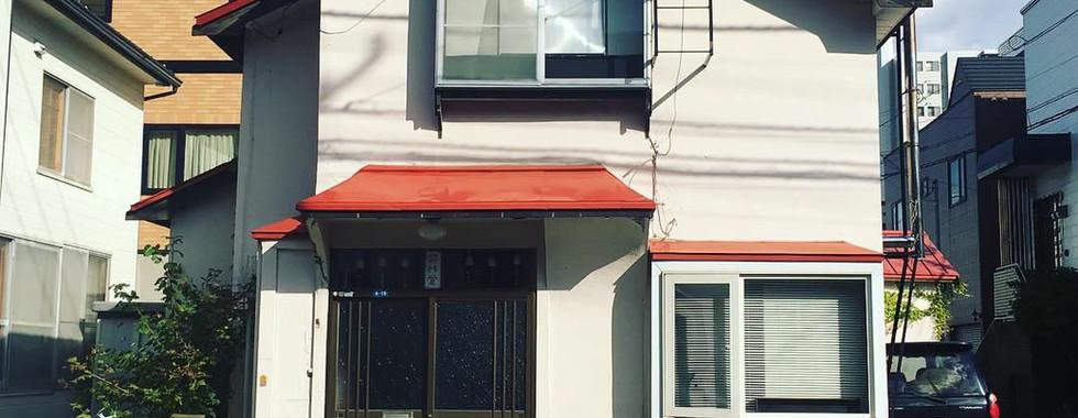 赤い屋根が目印