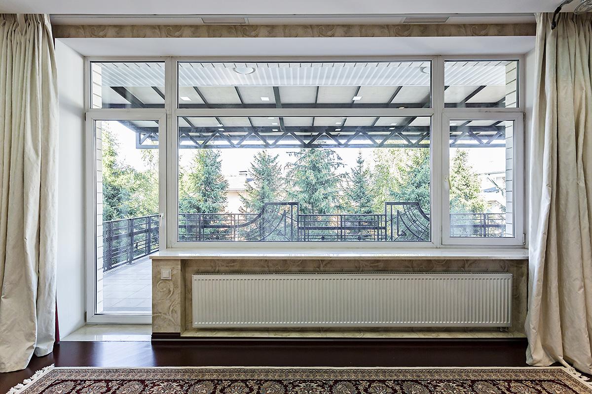 Выход на балкон из гостиной