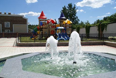 В Азарово запустили фонтан на детской площадке