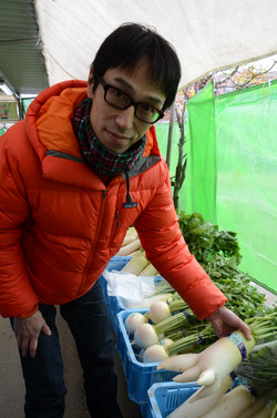 Le chef Obata choisi ses légumes.