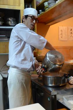Issei Obata dans sa cuisine
