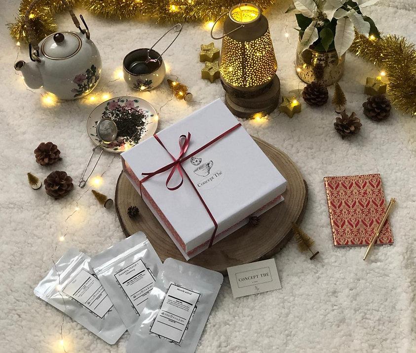 Découvrez notre merveilleuse box Concept Thé de décembre, un formidable cadeau pour vous-même ou vos proches. Les thés et infusions bio sont délicatement choisis chaque mois pour s'accorder parfaitement avec les gourmandises qui les accompagnent