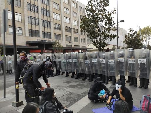 Así fue el choque de feministas contra policías afuera de Palacio Nacional por caso Félix Salgado
