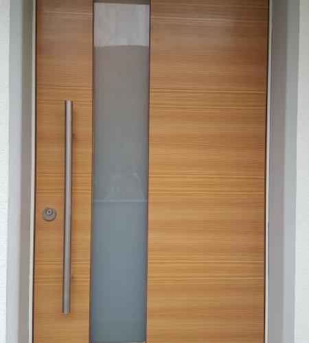 Eingangstüre Lärche quer furniert mit Glasausschnitt