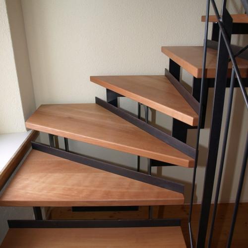 Treppe mit Buchentritten und Metallgeländer