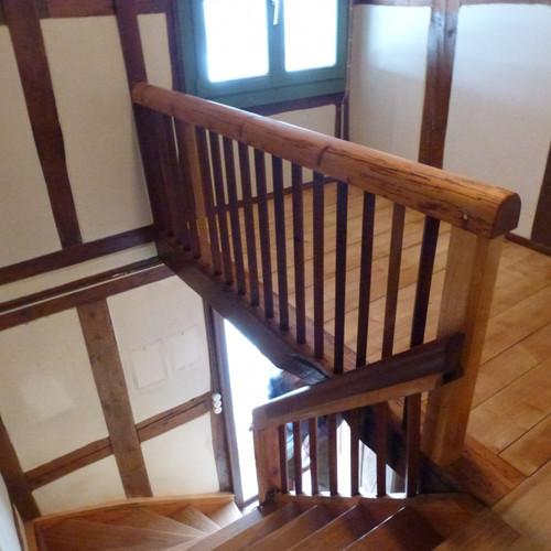 Alter Holztreppe mit neuen Tritten