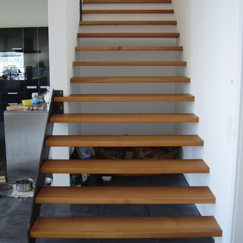 Treppe mit Buchentritten und Metallwange