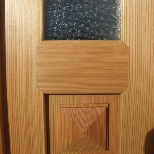 Zweiflüglige Eingangstüre, Nachbau 20er Jahre in Lärchenholz massiv gestemmt mit abgeplatteten Füllungen