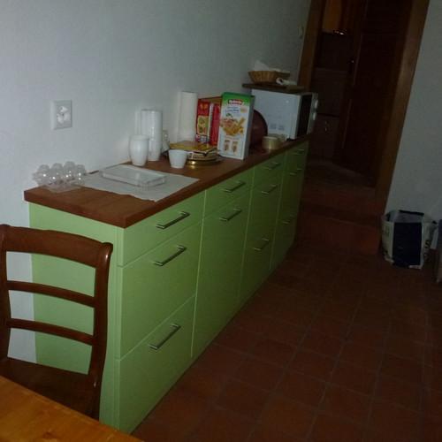 Küche grün gespritzt mit  Holz-Abdeckung