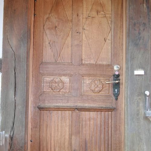 Antike Eingangstüre auf neustem Stand