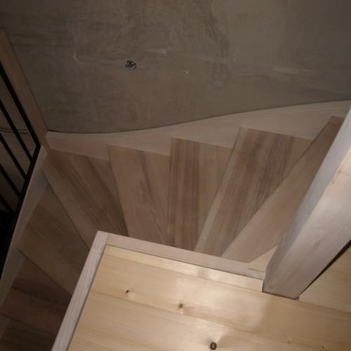 Treppe mit Eschentritten und Metallgeländer