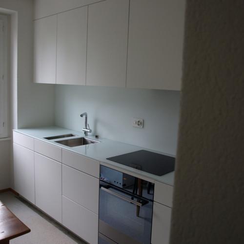 Küche weiss gespritzt mit Glas-Abdeckung