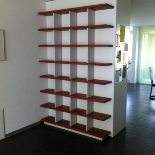Büchergestell Birnbaum massiv geölt mit weissen Stützen, zerlegbar