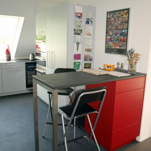 Küche weis und rot gespritzt mit CNS- und Schiefer-Abdeckung