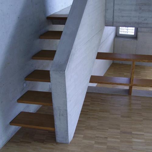 Holztreppe in Eichennische