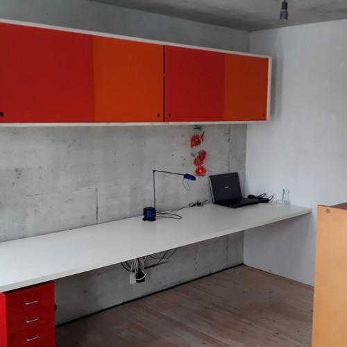 Büro Oberschrank mit farbigen Schiebetüren