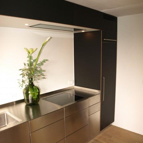 Küche mit CNS-Front und Abdeckung