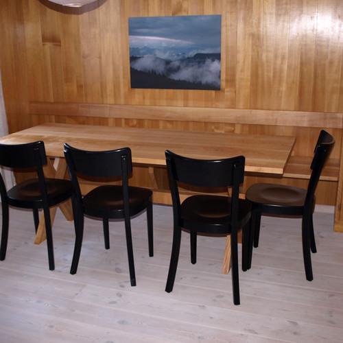 Massivholztisch mit Kreuzfuss