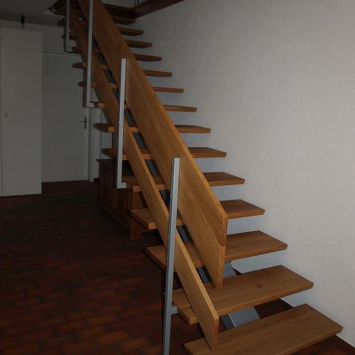 Treppe mit Eichentritten und Metall-Unterkonstruktion