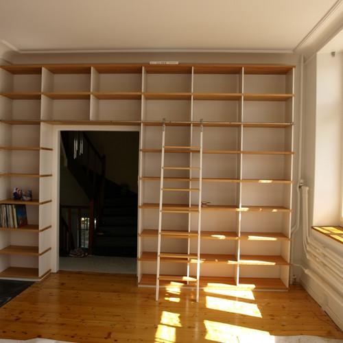 Bibliothek Tablare Buche massiv, geölt, Stützen weiss, mit Leiter