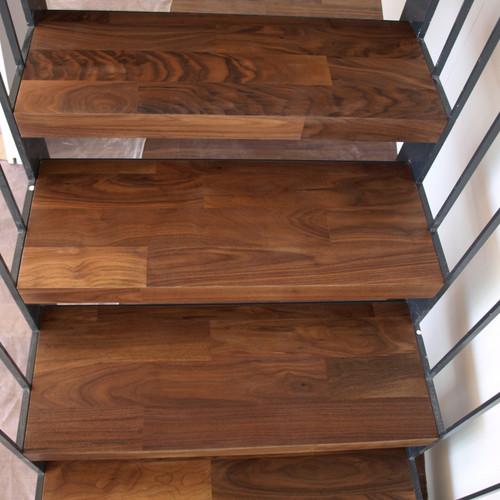 Treppe mit Nussbaumtritten und Metallgeländer