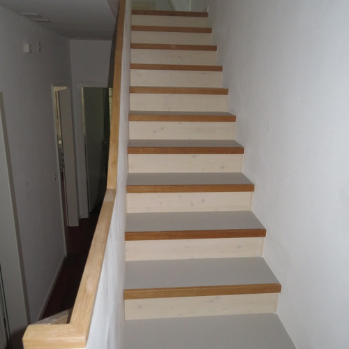 Holztreppe mit Linobelag