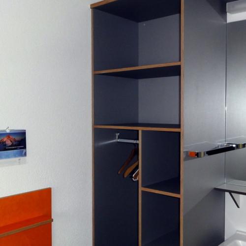 Klientenzimmer Möbel Sperrholz farbig