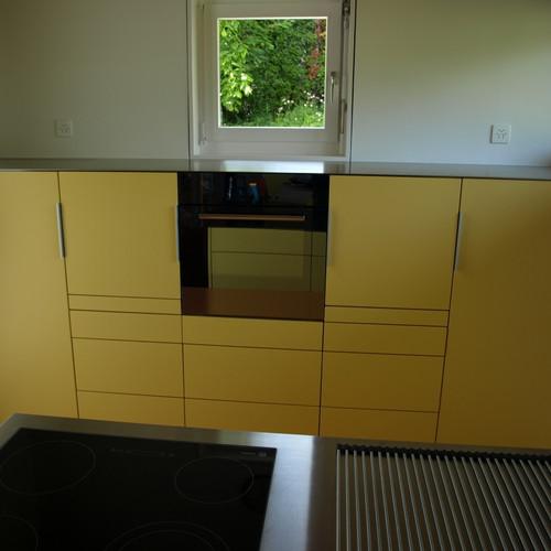 Küche gelb gespritzt mit CNS-Abdeckung