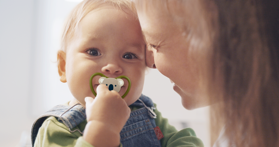 PIC_NUK_baby_and_mother_with_pacifier_Sp