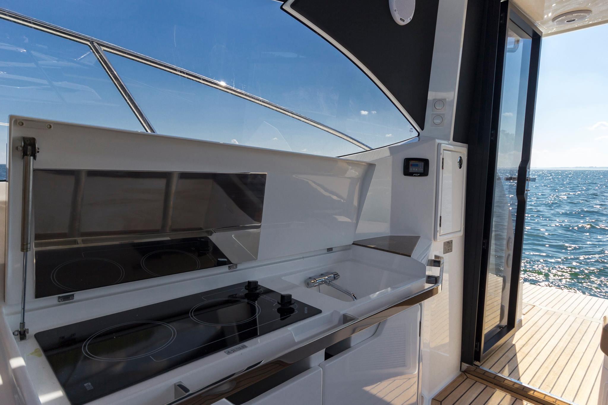 galeon 365 HTS exteriors