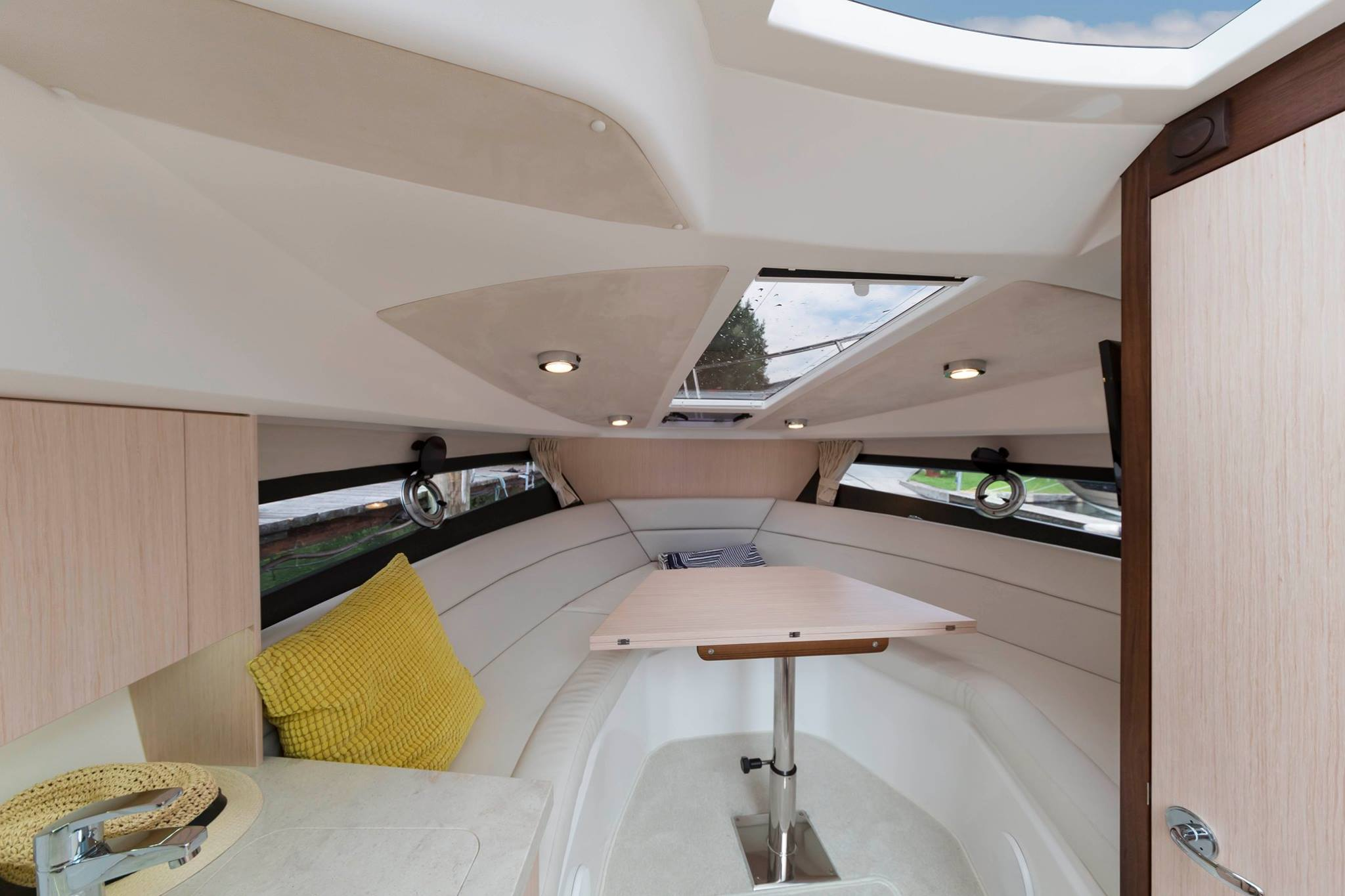 Galeon 305 open interiors