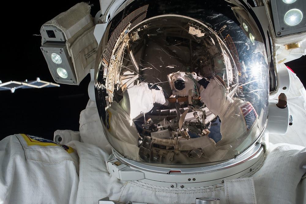 Astronauta tomándose una selfie