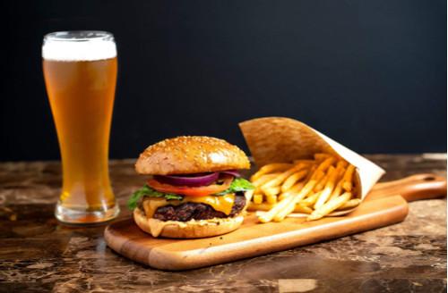 cerveja clara com hamburguer e fritas